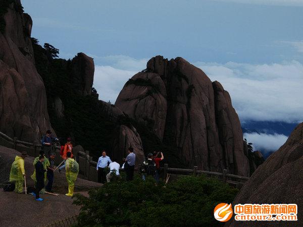 雨后安徽黄山风景区空气格外清新润朗,伫立于海拔1780米的鳌鱼峰,只见